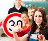 Auto-école : à quel âge passer le permis ? Quel coût ? Quelles aides financières ?