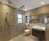 Douches seniors : 8 étapes avant de supprimer sa baignoire !